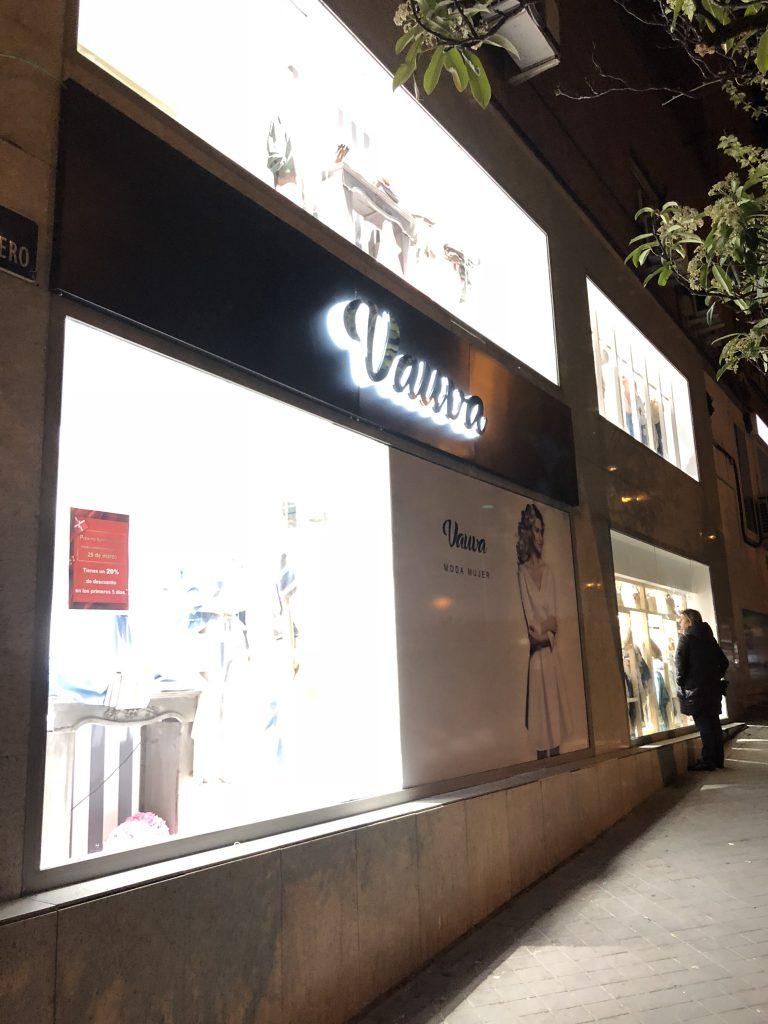 繁华都市是一家位于西班牙马德里 装修广告公司 我们备有一条龙的服务: 装饰装修,网站制作, 室内设计,店面设计,平面设计,品牌形象设计,商展活动策划,易拉宝,宣传单,展示架,服务最全面的广告公司
