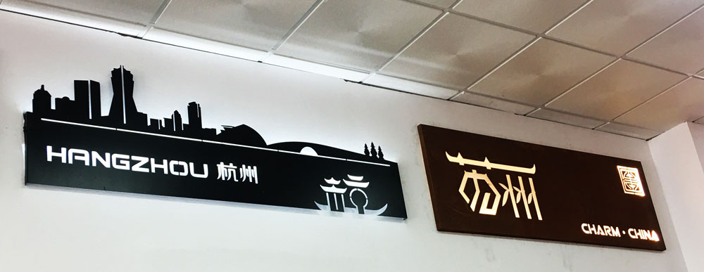 繁华都市是一家位于西班牙马德里 装修广告公司 我们备有一条龙的服务: 装饰装修,网站制作, 室内设计,店面设计,平面设计,品牌形象设计,商展活动策划,易拉宝,宣传单,展示架,服务最全面的广告公司。 优秀的设计制作施工团队 多媒体 全方位 一体化 让您省时 省心 更省钱! 在这里,您得到的不仅仅是艺术,更是一种生活,一种满足,一种归属!  西班牙华人广告公司